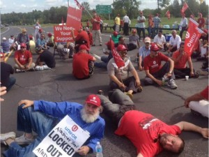 Locked out Ottawa cabbies blockade the Airport Parkway on September 8.